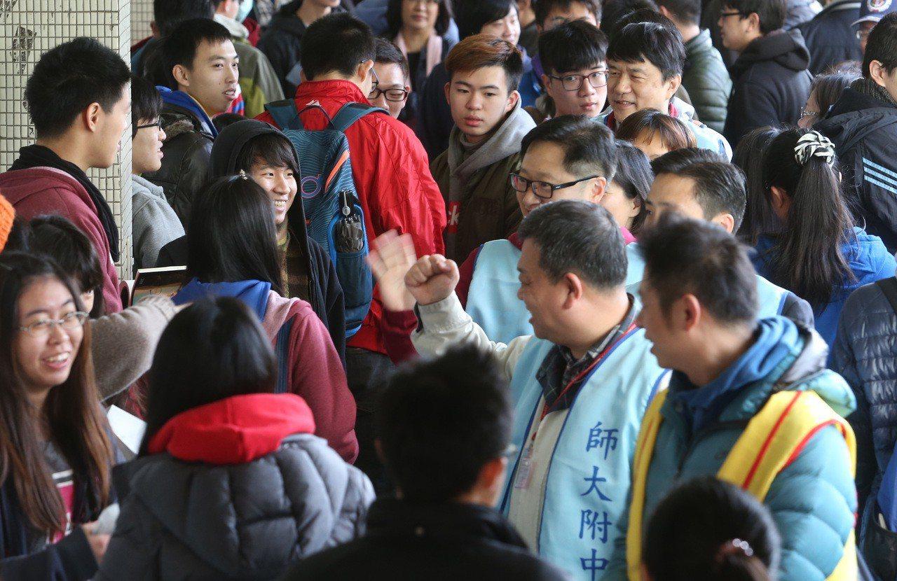 學測考生與啦啦隊。本報資料照/記者林俊良攝影