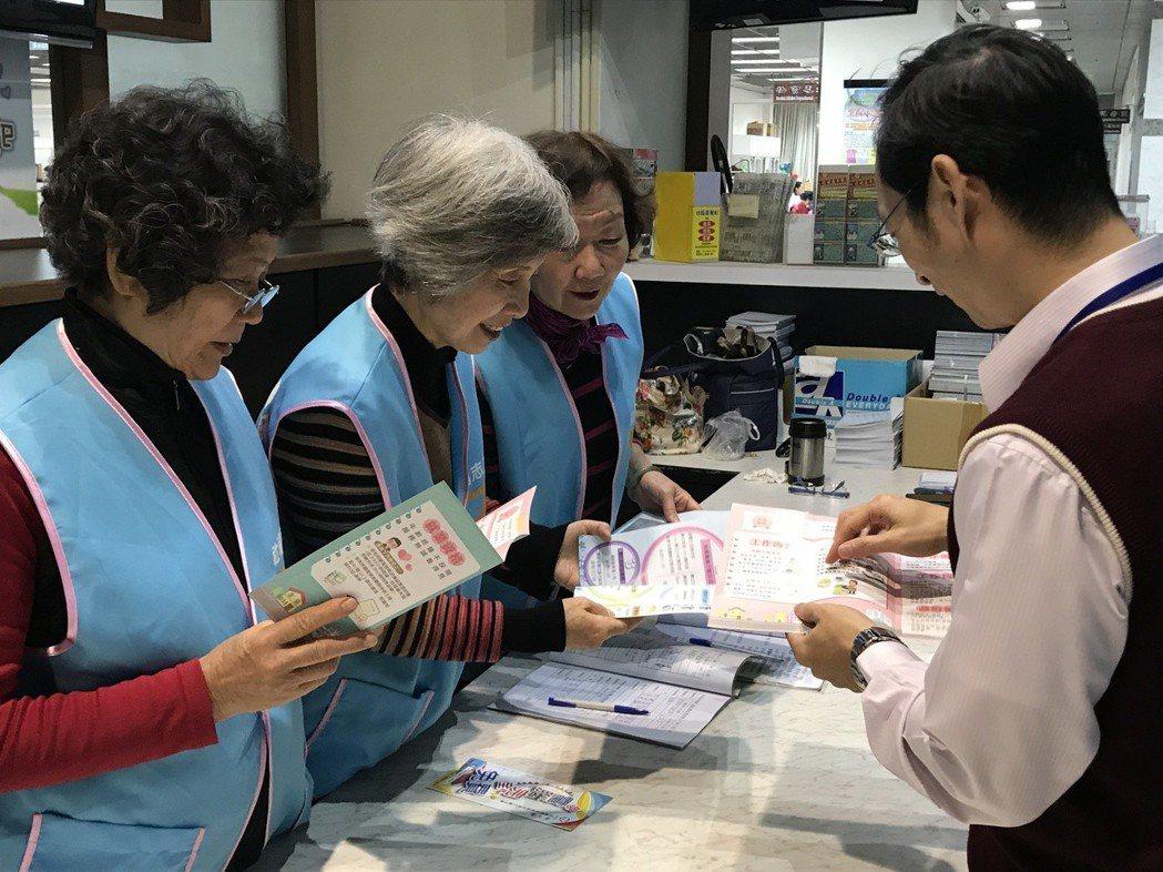 嘉義市政府今年將推時間銀行,讓志工們將服務時數存起來,未來年老了,需要被照顧時再...