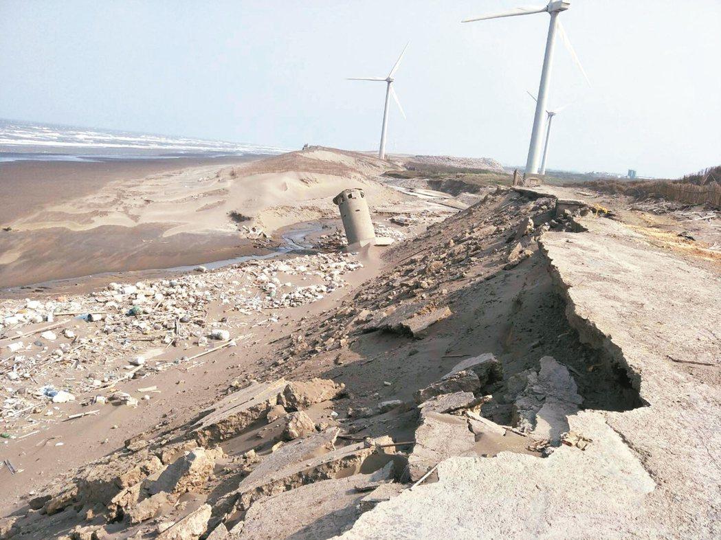 沙丘中間有部分海岸崩坍、陷落,沒有危險警示標語,走訪時稍不留心容易意外。 記者曾...