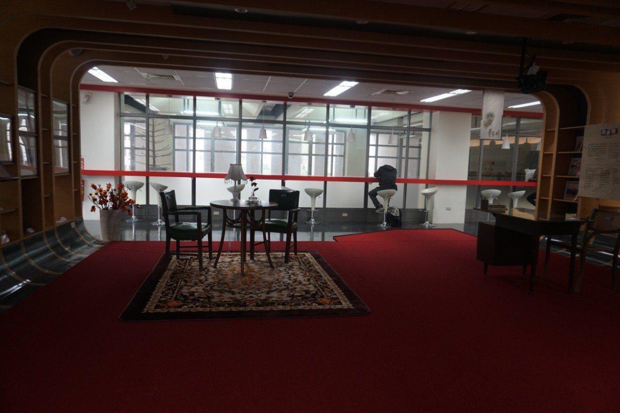 宜蘭大學新設「黃春明體驗行動館」,有黃春明的作品,復刻書房、手稿、老書桌、詩文投...