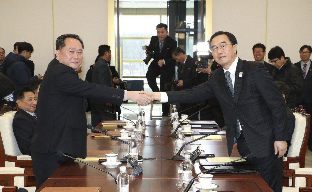 南韓統一部長趙明均(右)和北韓祖國和平統一委員會委員長李善權(左)握手。 歐新社