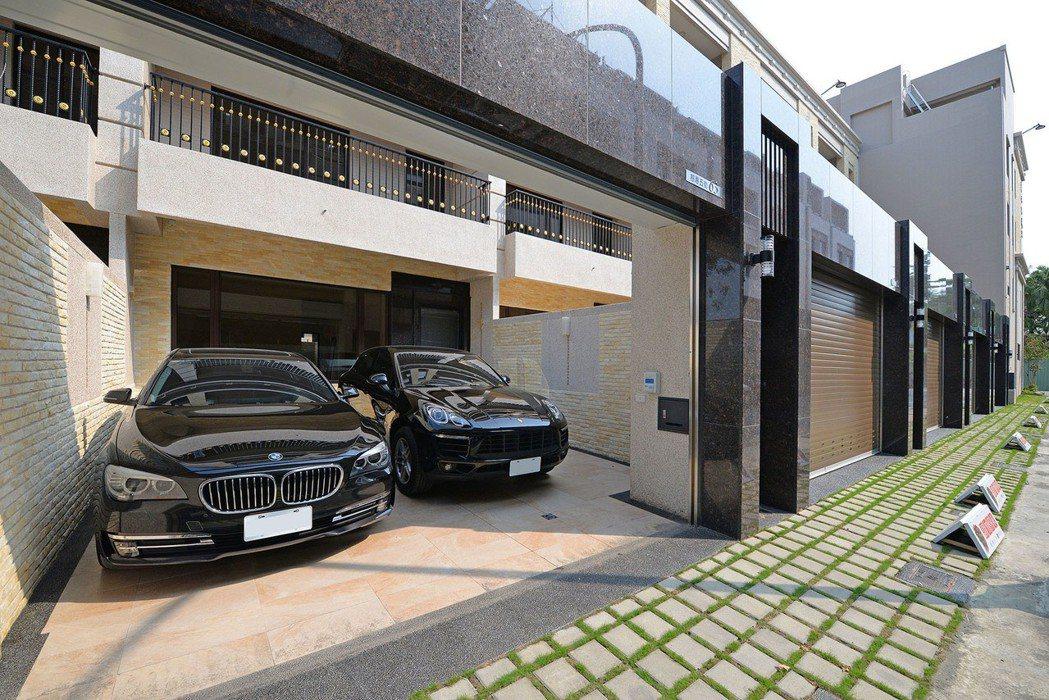 「和簷.悅舍」大面寬前院併排雙車庫。 圖片提供/得邑建設