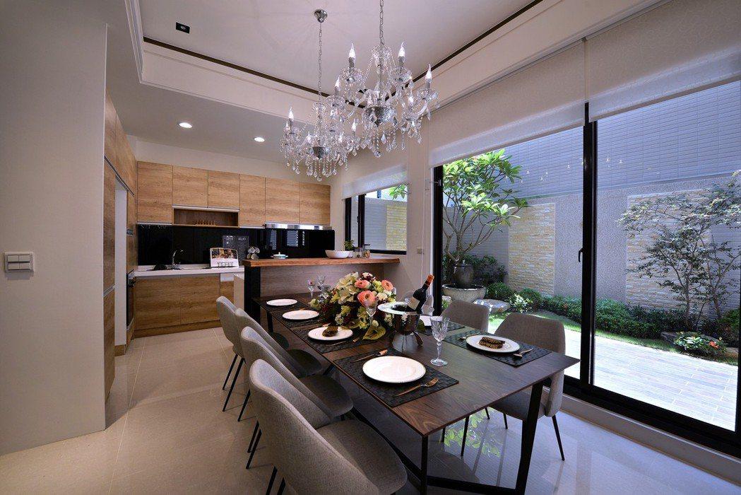 「和簷.悅舍」將景觀、餐廳、廚房相融。 圖片提供/得邑建設