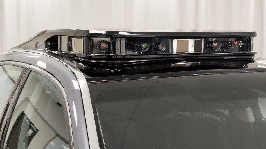 車頂的攝像鏡頭則用來辨識車道線及圖資標的物。 圖/TOYOTA提供