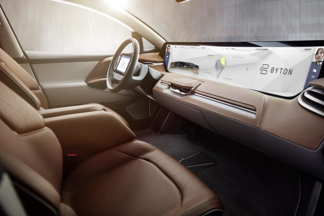 車內不論是在前座或後座都運用了大尺碼螢幕,並支援手勢與語音控制能力。 圖/Byton提供