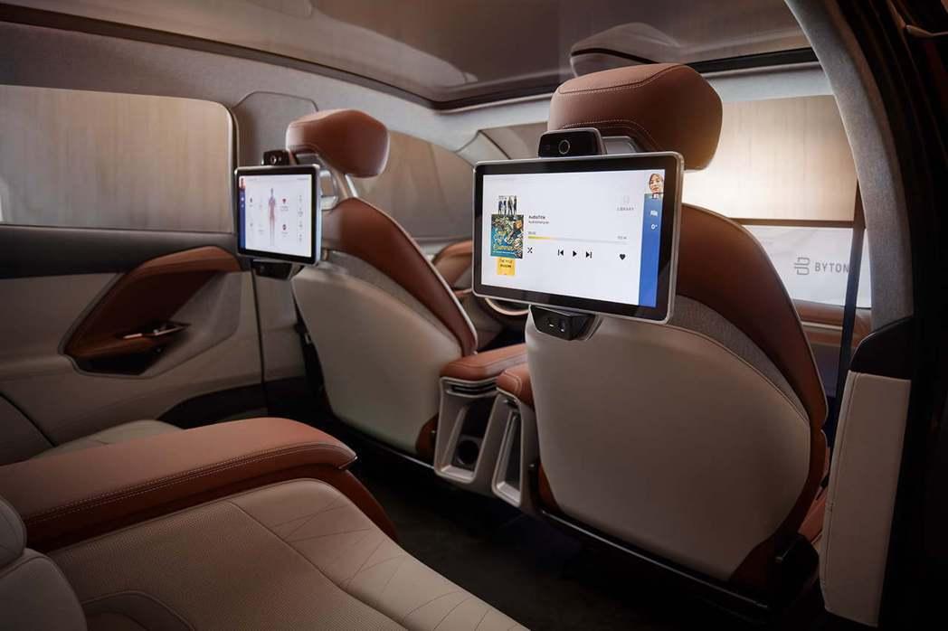 車內不論是在前座或後座都運用了大尺碼螢幕。 圖/Byton提供