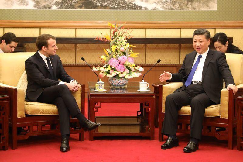 法國總統馬克宏(前左)赴中國進行國是訪問,8日會晤中國國家主席習近平(前右)。 ...