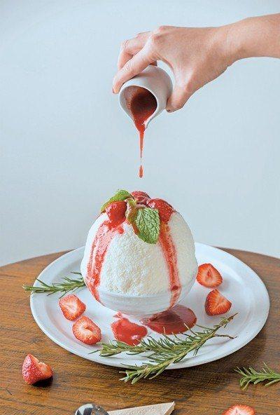 草莓起司蛋糕雪冰分享版290元/綿密的雪冰中藏有脆餅起司蛋糕,點綴上草莓再淋上香...