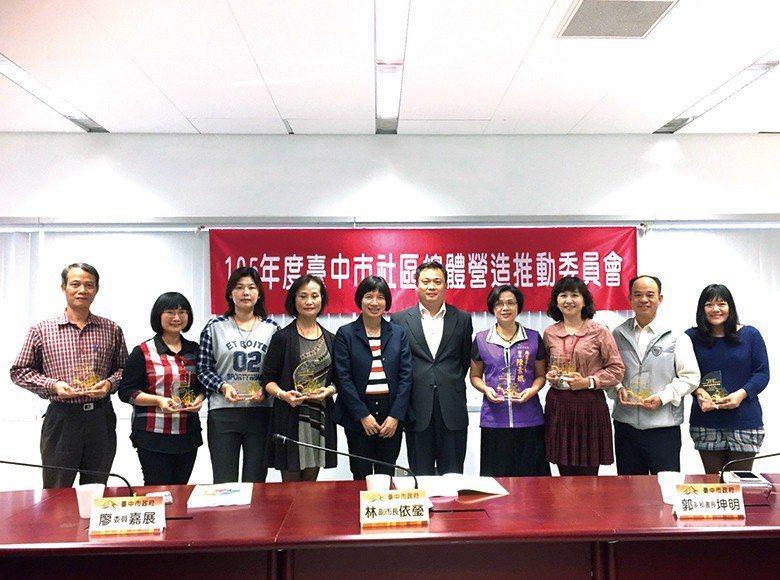 林依瑩副市長頒發金區獎個人獎項,肯定長期投入社造的推手。 【圖・盧思岳】