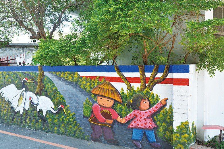 湖日社區的牆面彩繪逗趣可愛 【圖・蕭憲聰、林榮芳】
