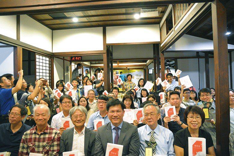 第6屆臺中文學獎頒獎典禮於2017年10月15日舉行,各文類得主聚齊一堂。 【圖...