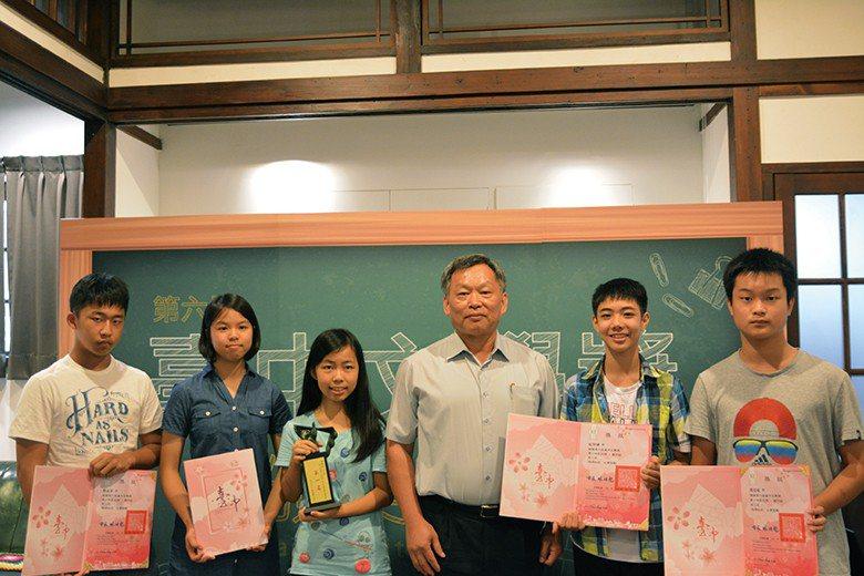 年輕學子參與臺中文學獎徵文,突顯文學創作向下扎根。 【圖・蕭憲聰】