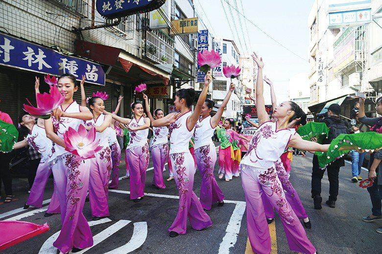 瓊瑢舞蹈團隨音樂起舞,平凡的街道頓時化身為華麗舞臺。 【圖・表演藝術科】