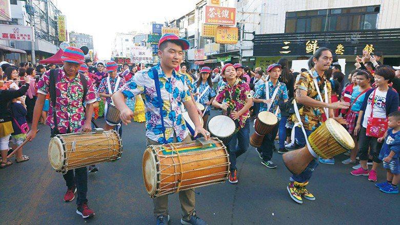 嬉班子非洲鼓舞團參與沙鹿踩街,節奏感十足。 【圖・表演藝術科】