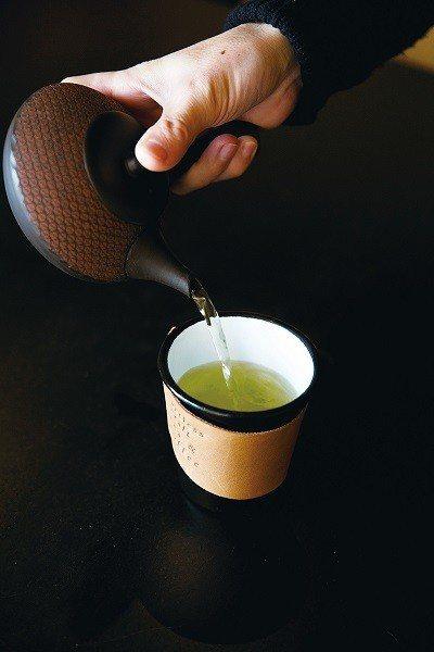 茶飲採現點現做,能近距離觀賞手沖過程。