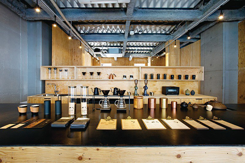 茶具和咖啡罐一字排開整齊地擺放在吧檯上,宛如藝術品般十分壯觀!