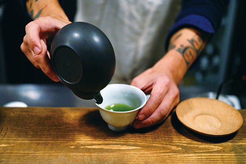 使用陶製單手鍋現場手沖烘茶,加入少量熱水,將茶香凝結濃縮,引出茶葉的原始香氣。