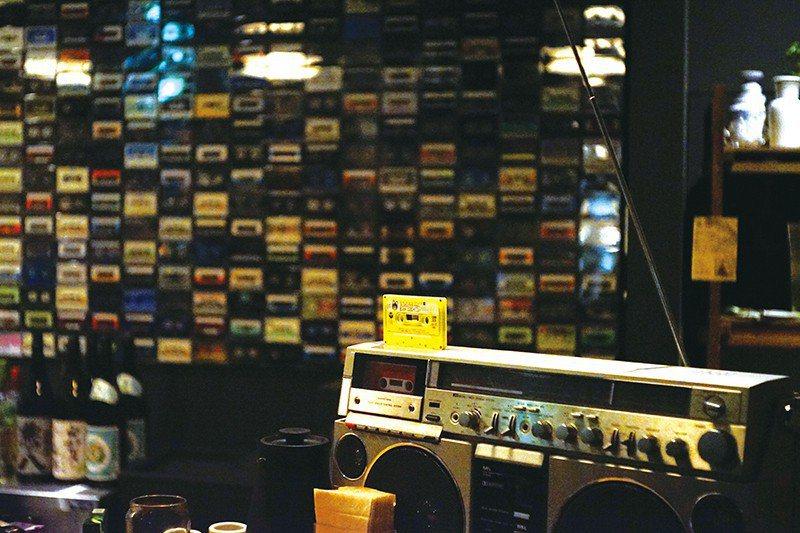 吧檯牆壁上擺滿了近40年來,共約900捲來自各國的卡式錄音帶。