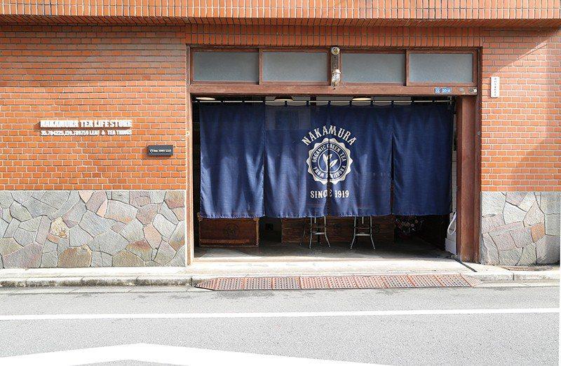 店舖由古民家改建而成,掀開藍色門簾,芬芳宜人的茶香迎面而來。