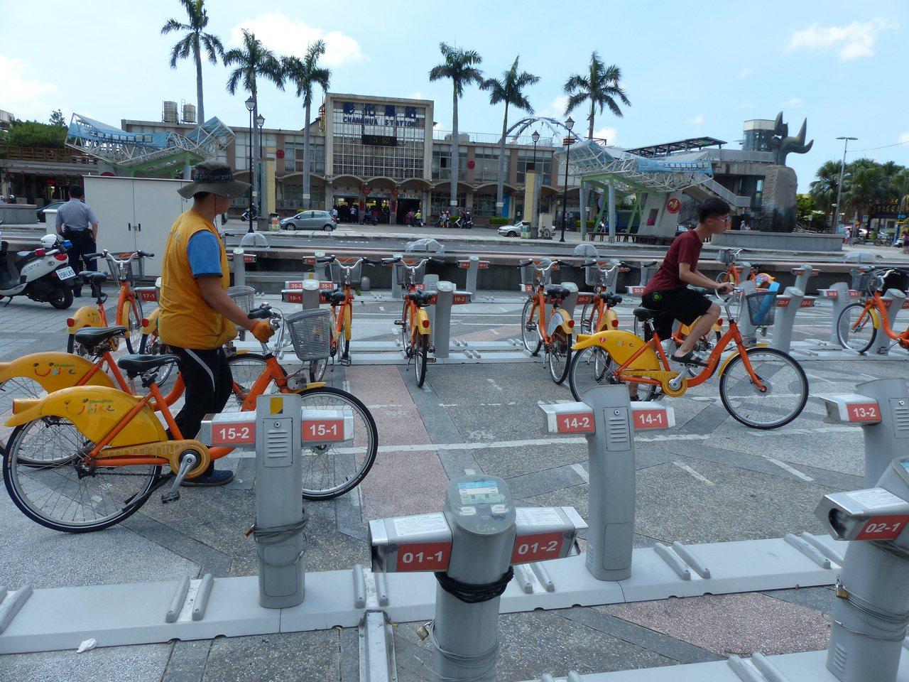 YouBike彰化縣公共自行車在彰化火車站前的租借站,每月有4萬人租借,是全台租...