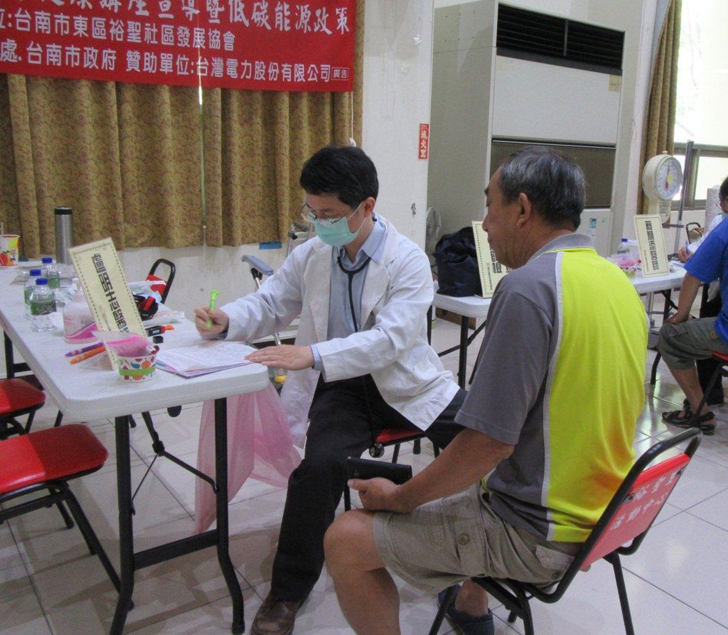 衛福部胸腔病院家庭醫學科主任盧明志為病患說明篩檢報告。圖/胸腔病院提供