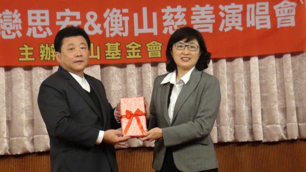 衡山基金會執行長黃錫安(左)基金會贈送100張票券,委託高雄市社會局邀弱勢團體來...
