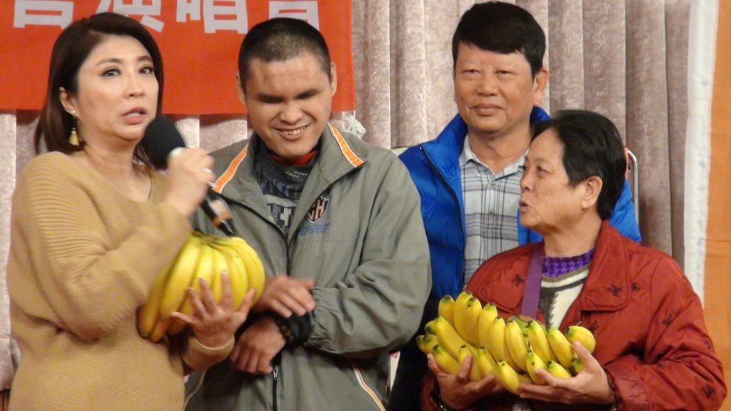 阿福(左二)帶著旗山香蕉來探望陳思安(左一),了感謝,還有祝福演唱會順利,讓陳思...