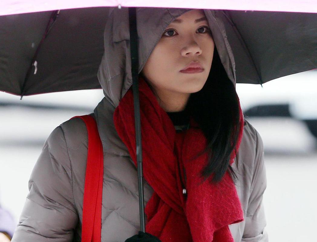 低溫濕冷的天氣,外出民眾戴手套、圍巾及穿厚外套保暖。聯合報系記者侯永全/攝影
