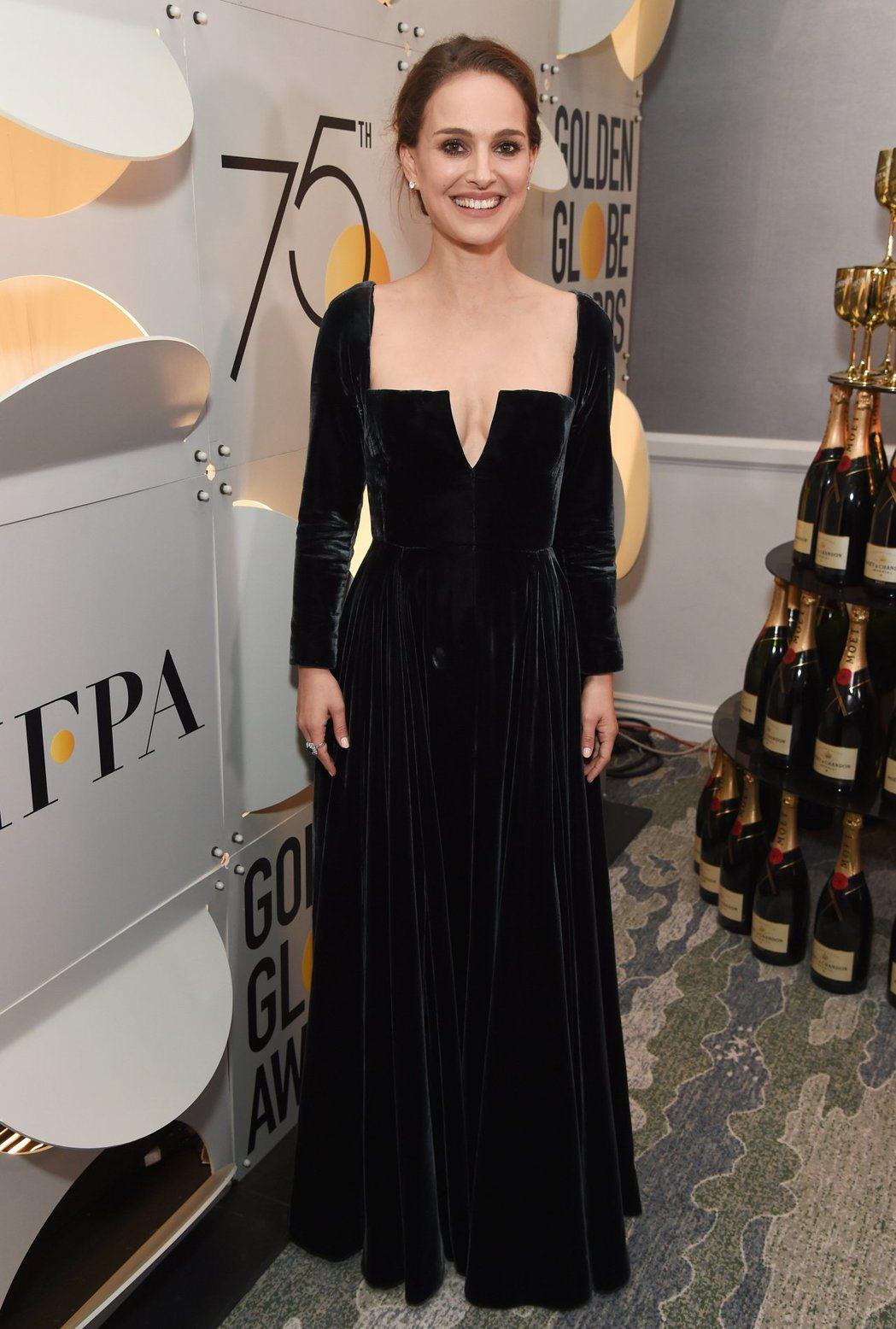 娜塔莉波曼以Tiffany單鑽耳環和藍寶石鑽戒襯托Dior禮服。圖/Dior提供