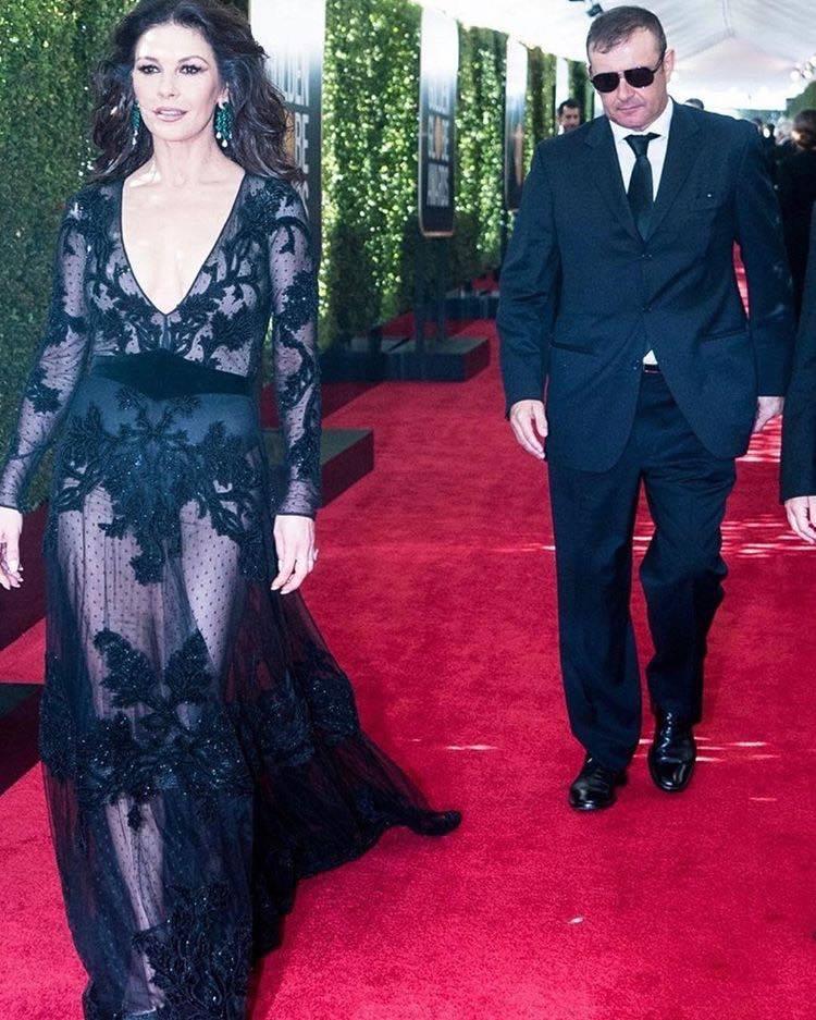 凱薩琳麗塔瓊斯以祖母綠耳環搭配黑色禮服出席75屆金球獎。圖/擷取自IG @cat...