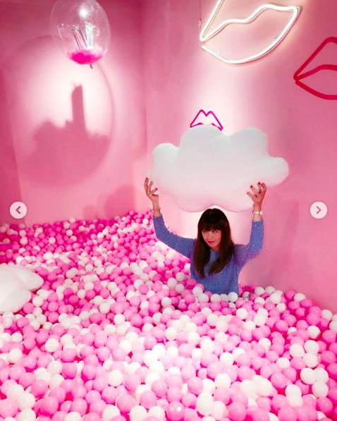 白色雲朵與粉紅球池的組合超級夢幻。圖/IG帳號:han__816授權提供