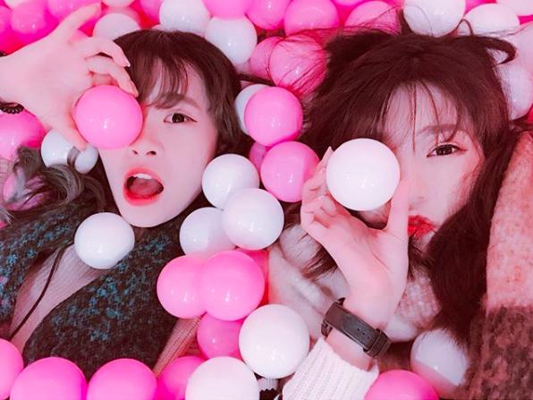 與閨蜜一起躺在粉紅球池玩耍。圖/IG帳號:shiauruo授權提供
