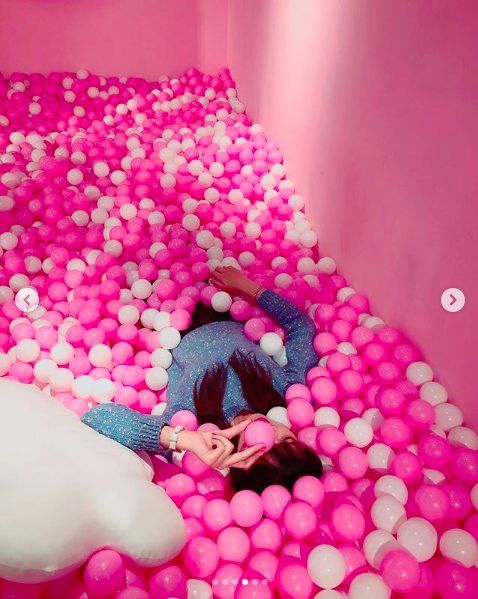 躺在粉紅球池短時間讓人都不想起來了。圖/IG帳號:han__816授權提供