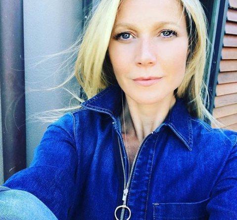 葛妮絲派特洛在自己的instagram上宣告與「歡樂合唱團」製作人男友布萊德佛查克訂婚,表示兩人關係相當親密,她被布萊德敲開心門,決定再婚,「我知道要重新接受一段浪漫的愛情,是多麼複雜。我決定再給婚...
