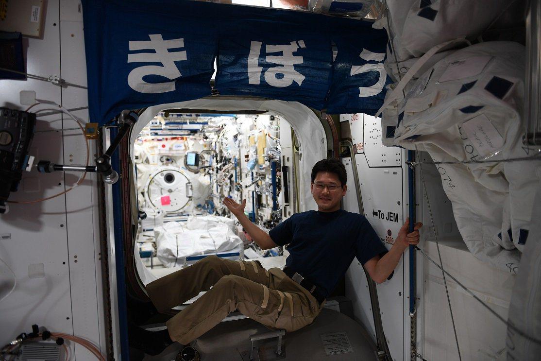 金井宣茂9日推文稱自己在太空中待3周就長高9公分。圖取自金井宣茂推特