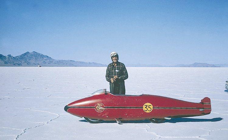 1962年的原始重機外觀,,其特殊的「印地安紅」與黃色的35號碼成為致敬表的設計...