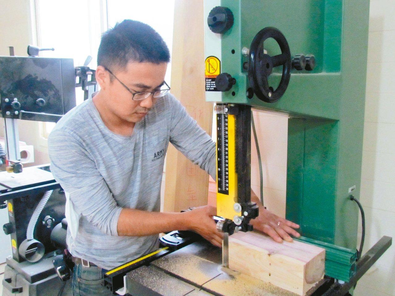 木工老師洪子晧說,現代化的木工機器很好用,學木工已不是難事。 記者張家樂/攝影