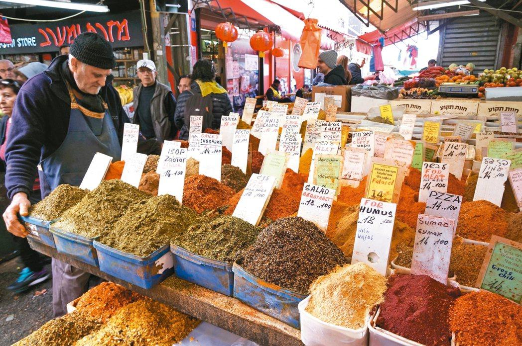 卡梅爾市場內,常可見到販售多種香料的攤販。 記者陳睿中/攝影