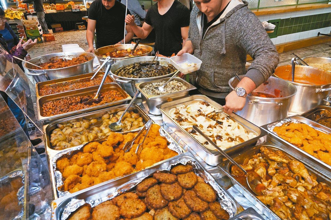 薩羅納市場內的攤販,販售有許多以色列庶民料理。 記者陳睿中/攝影