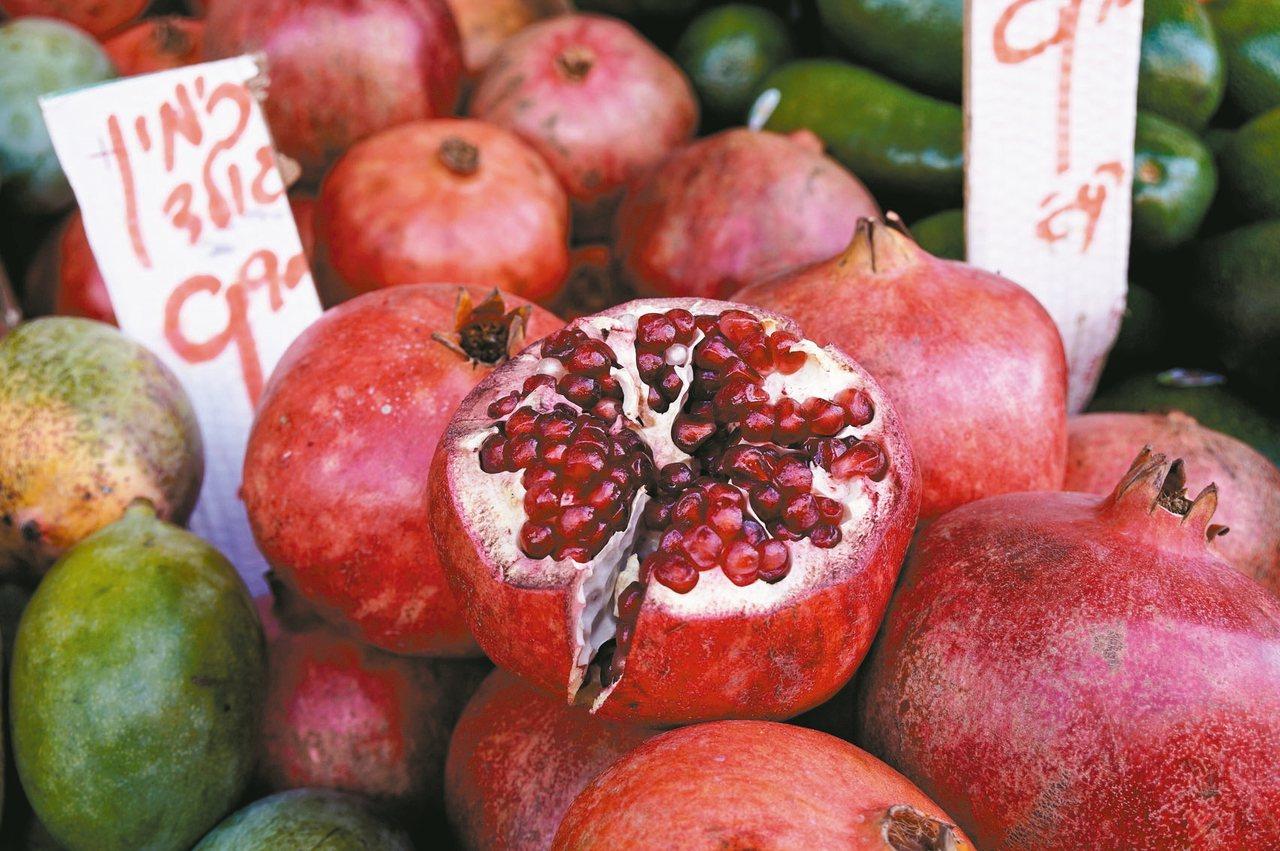 個頭碩大的石榴,是以色列特產品之一。 記者陳睿中/攝影
