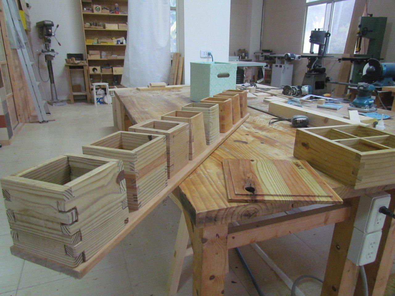 榫接的置物盒,是學木工的入門功課。 記者張家樂/攝影