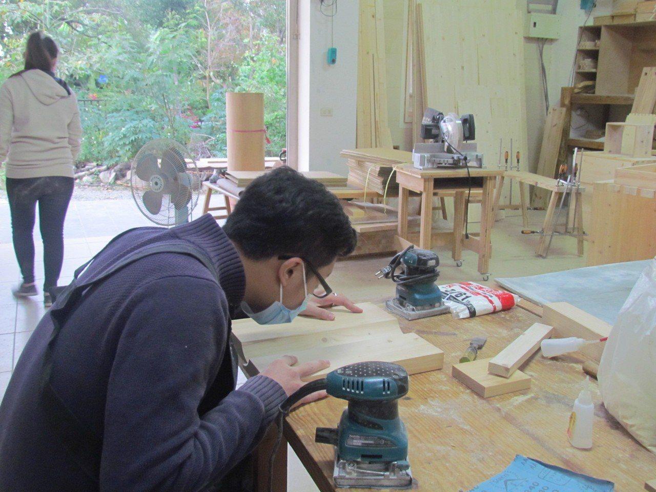 木工首在線條切割的精準,這對中高初學者是項挑戰。 記者張家樂/攝影