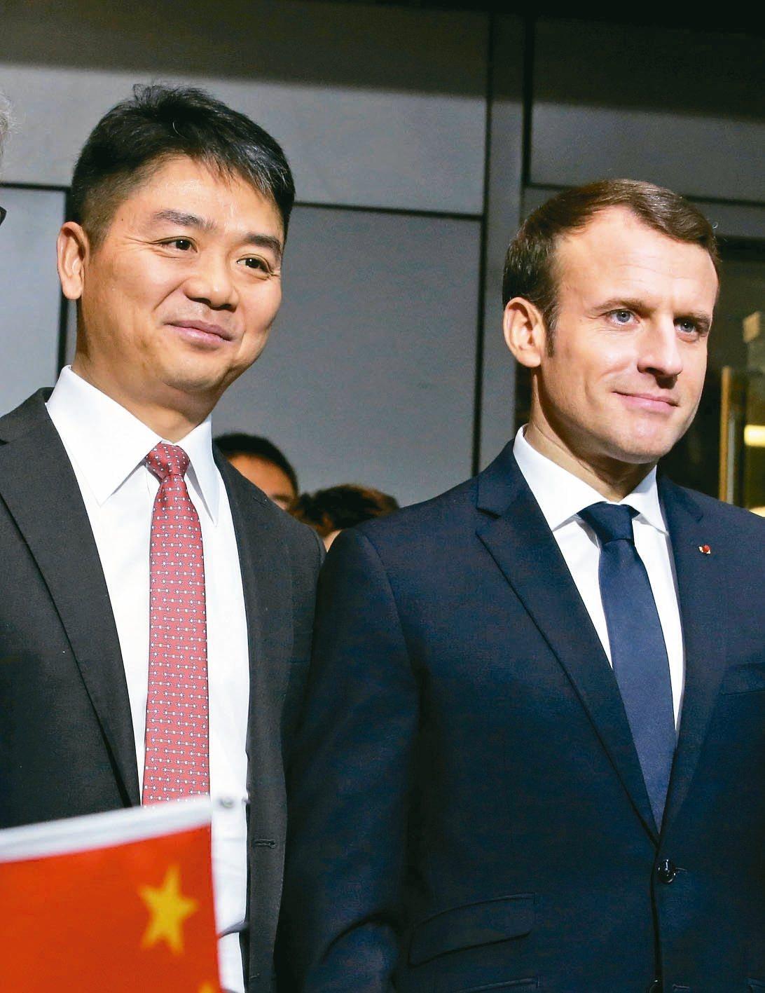 法國總統馬克宏(右)昨在北京舉行的中法企業論壇發表演講後,與京東集團董事長劉強東...