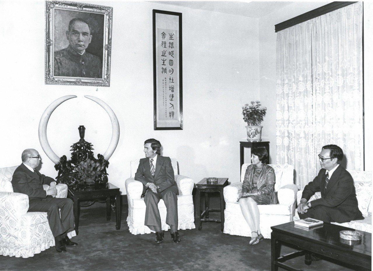 尤薩(左二)1977年首次訪台,12月28日由中華民國筆會季刊主編殷張蘭熙(右二...
