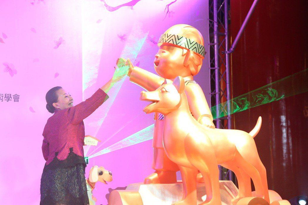 生肖狗年台灣燈會主燈模型「忠義天成」,阿里山鄒族孩童與台灣犬站在雲海山巔上,圖為...