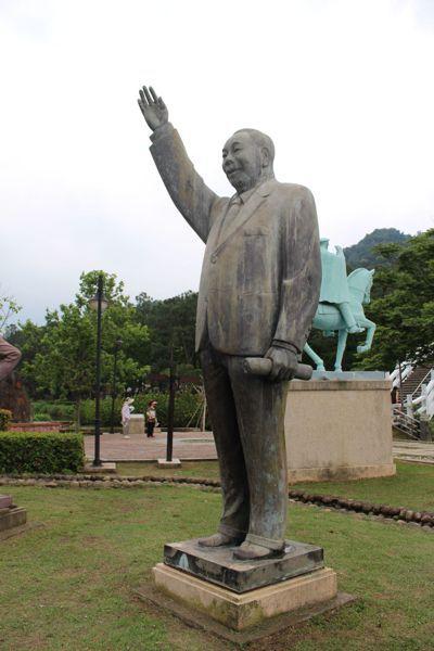 桃園大溪慈湖雕塑園區裡唯一一尊蔣經國立像。 圖/聯合報系資料照片