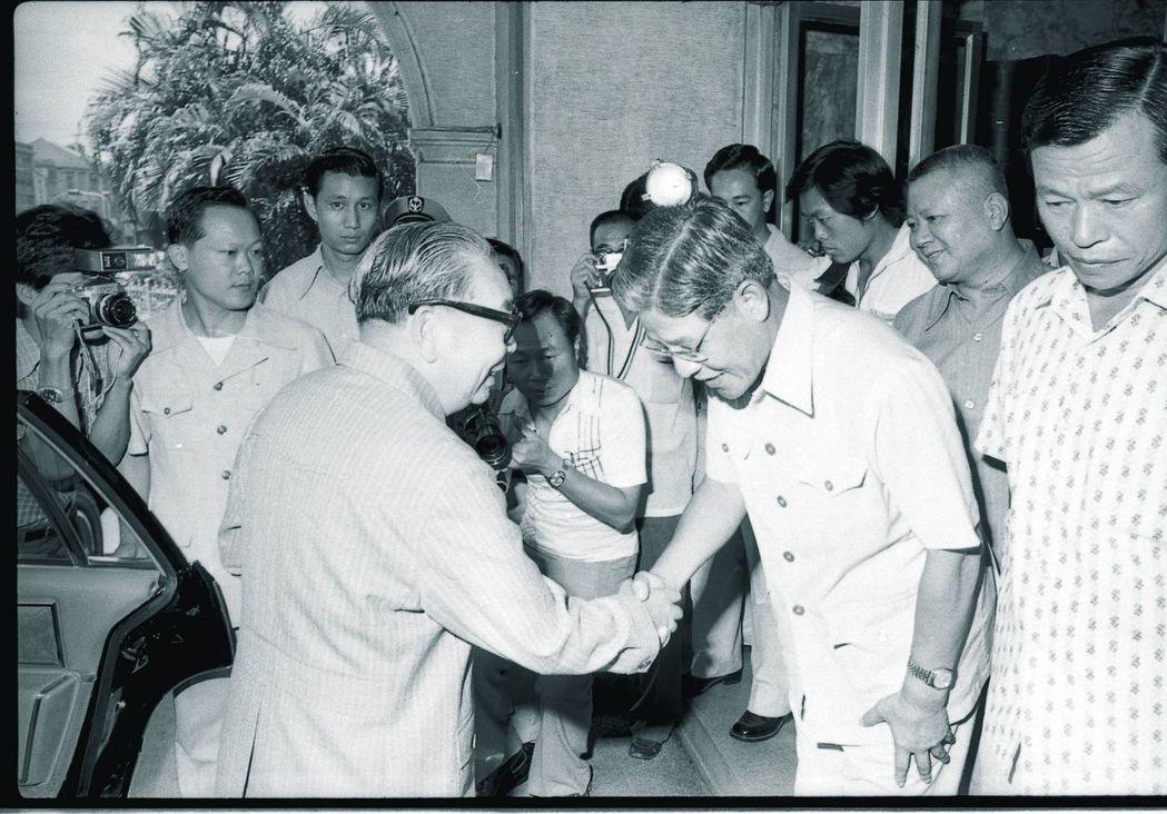 李登輝指蔣經國確立革新保台路線,圖為1979年蔣赴台北市政府,聽取當時的市長李登...