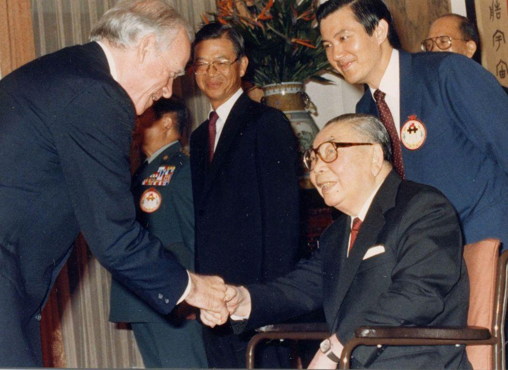 1987年10月10日,蔣經國去世前三個月接見外賓,右後為馬英九。 圖/聯合報系...