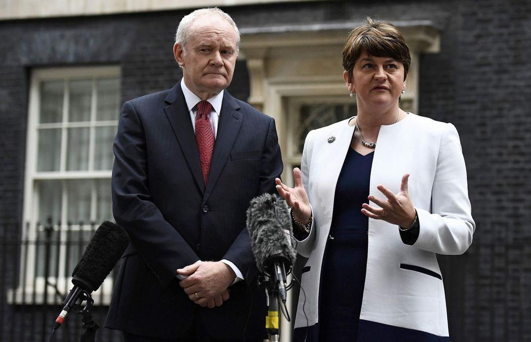 由於不滿首席大臣佛斯特處理一項能源計畫的態度,麥金尼斯(左)去年一月請辭抗議。路...
