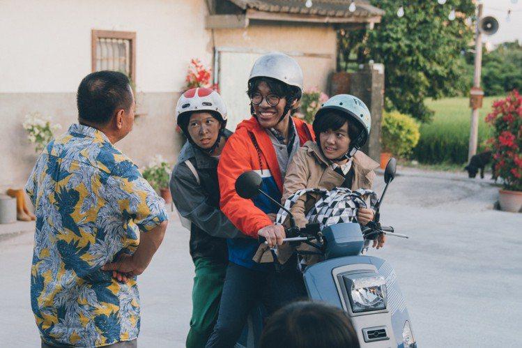 盧廣仲(中)在電影版戀愛不順疑似變成「三人行」。圖/氧氣電影提供